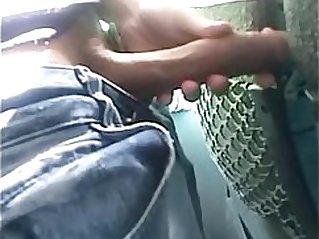 Baixinho dotado punhetando no onibus